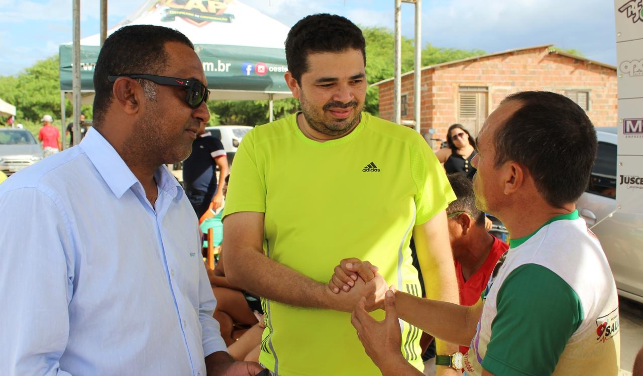 O aperto de mão que marcou o evento...Juscelino, Júnior Bola e Carlinhos do Rosado
