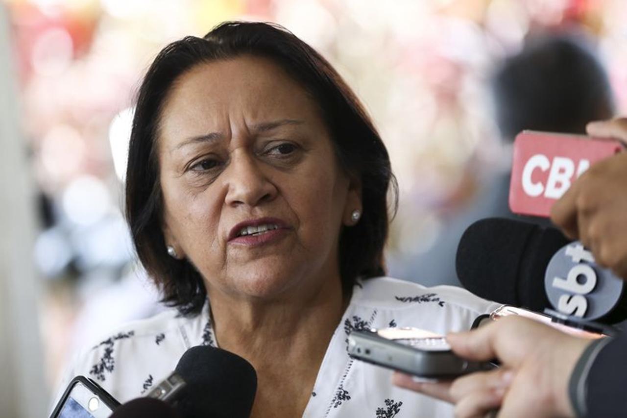 A governadora eleita do Rio Grande do Norte, Fátima Bezerra, após reunião dos governadores eleitos dos estados do nordeste, em Brasília.