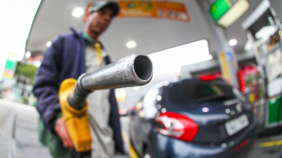 Bomba de combustivel em posto da Petrobras - frentista - alcool - gasolina
